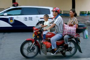 Familie auf Motorrad in China, Verkehr, Verkehrsregeln, reisen, welt