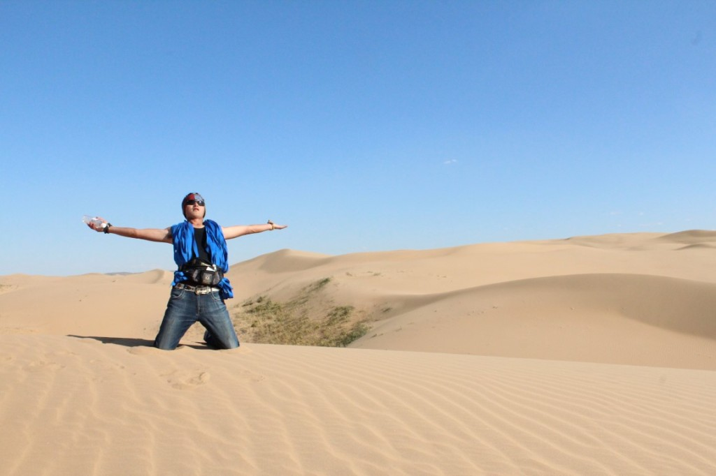 InternChina - Dulung being a god - Dulung in the Gobi Desert