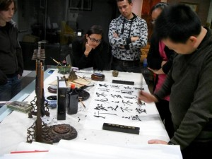 InternChina-Zhuhai-interns-getting-a-calligraphy-lesson