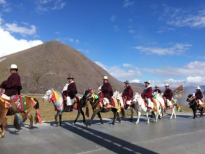 InternChina - Local people riding their horses in Tagong