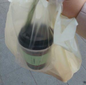 Kaffebecher in einer Tüte in China, zum Mitnehmen, Verpackung, reisen, welt, kultur