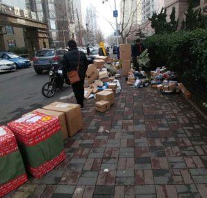 Pakete und Post auf der Straße in China. Sortierung, Chaos, Ordnung, chinesisch, reisen, Kultur, alltag