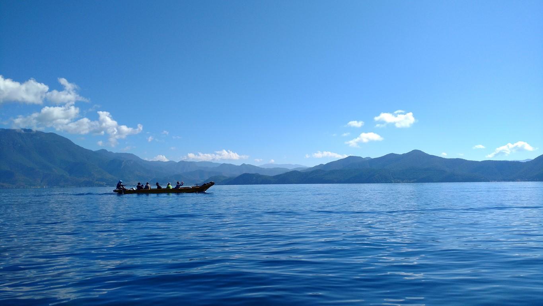 lugu lake china sichuan blue sky mountains
